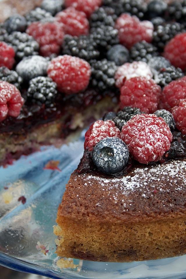 scandalicious-blackberry-cake