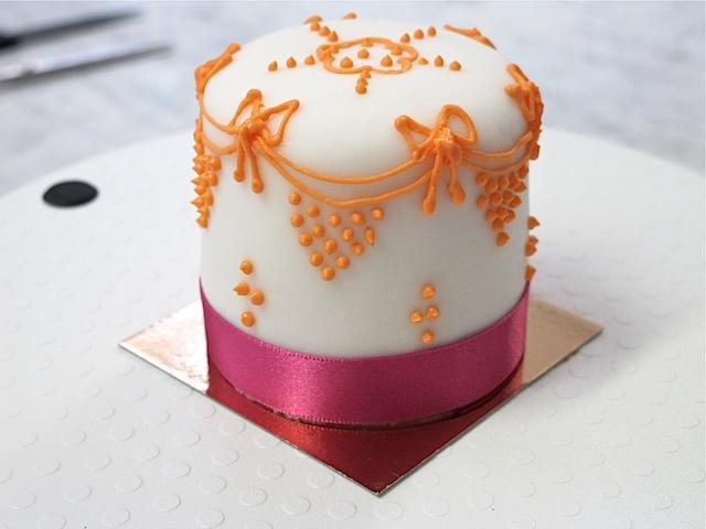Mich-Turner-Little-Venice-Cake-Company-swags-bows-design