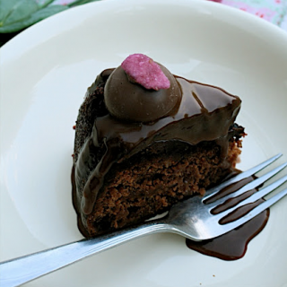 Recipe: strawberry chocolate cake with rose tea ganache