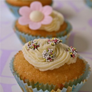 Cupcakes vs Fairy Cakes dilemma, Dr Oetker Tea Party range and a Sprinkles Giveaway