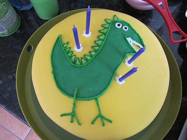 george-dinosaur-peppa-pig-cake