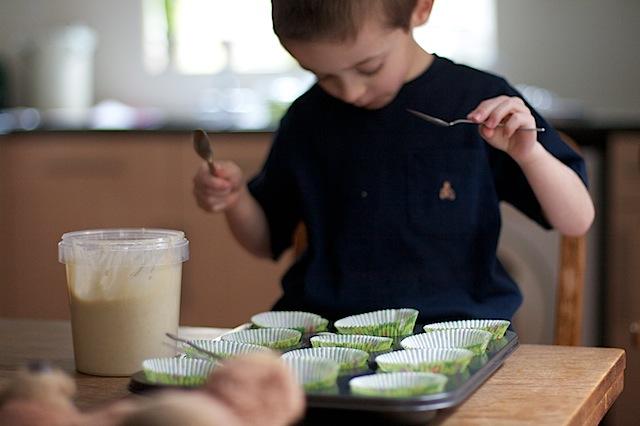 Children bake cakes at MaisonCupcake.com