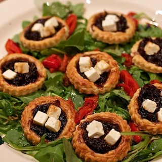 Recipe: caramelised red onion tartlet salad with Apetina