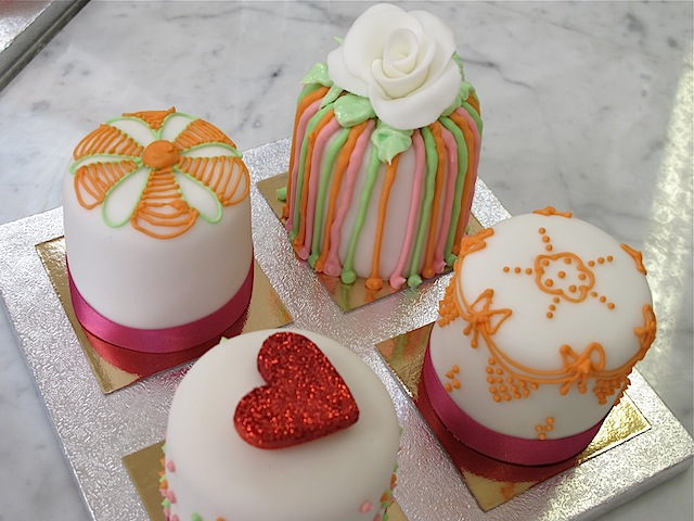 Mich-Turner-Little-Venice-Cake-Company-individual-cakes-piping-class-results