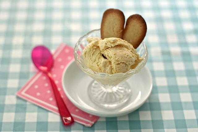 apricot ice cream with amaretto by Maison Cupcake