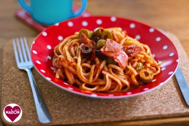 Linguine ham and olives a speedy supper recipe at MaisonCupcake.com #pastarecipes #pasta #tomatoes #ham #familyfood