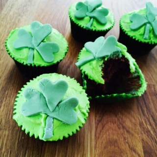 Easy St Patrick's Day Cupcake Decoration (Video)