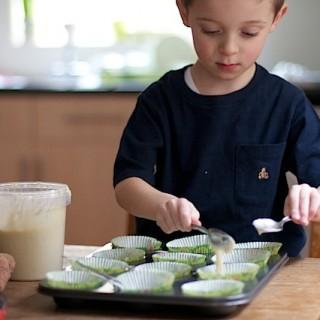 Children making cakes at MaisonCupcake.com